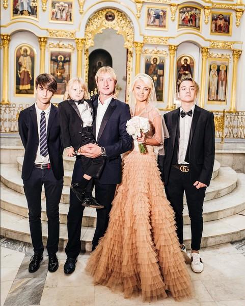Евгений Плющенко и Яна Рудковская с сыновьями Андреем, Александром и Николаем